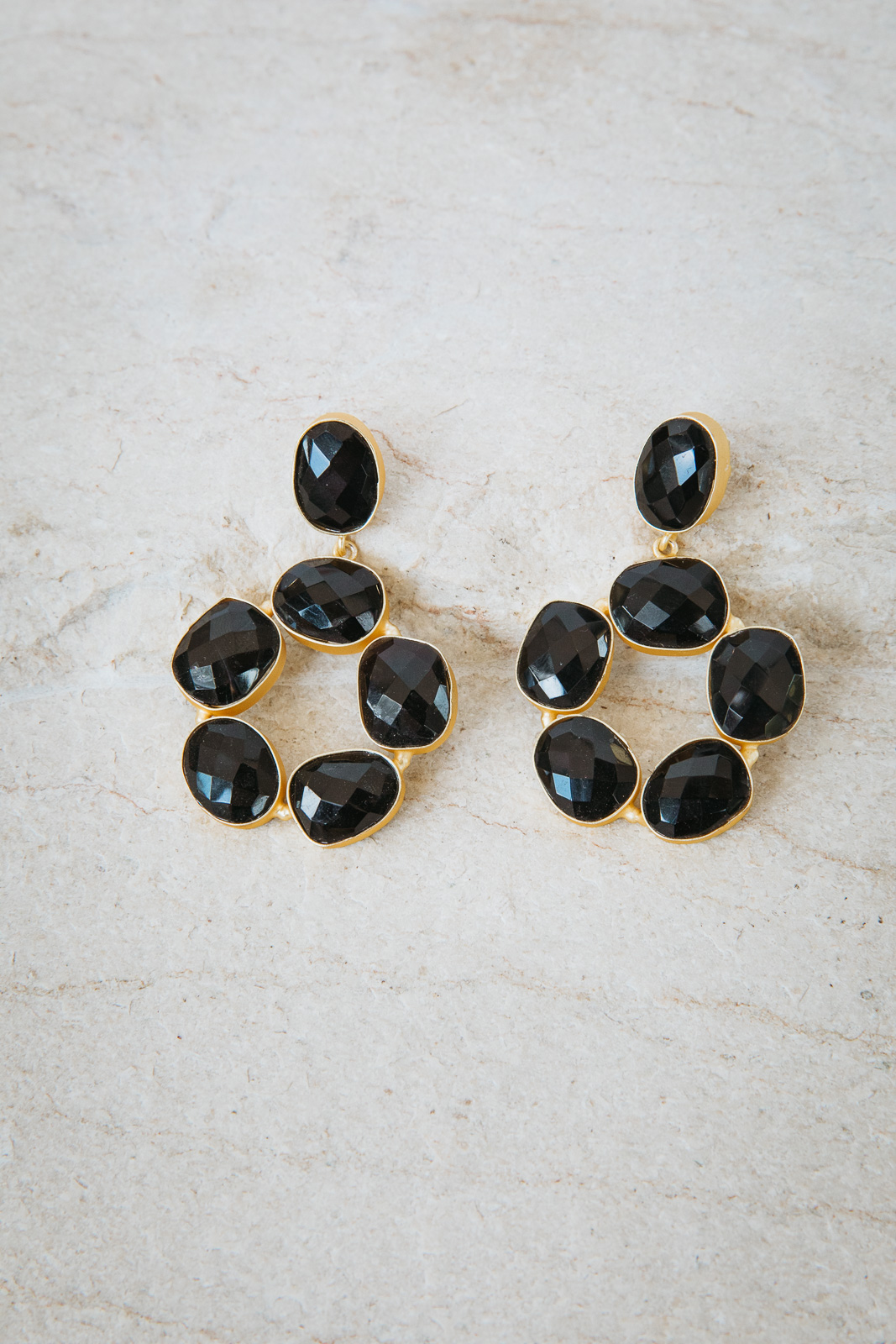 PIA BLACK CIRCLE PEBBLE EARRINGS